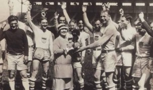 Famous opera singer Luella Melius meets with the 1924 Olympic Champions. Slater is the big guy nest to Melius.