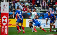 Iosefo doing a balancing act. Here he is popping th ball back to Danny Barrett to set up a try. David Barpal photo.